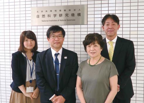 左から奥山係員、斎藤総務研究官、川合所長、林上席研究官