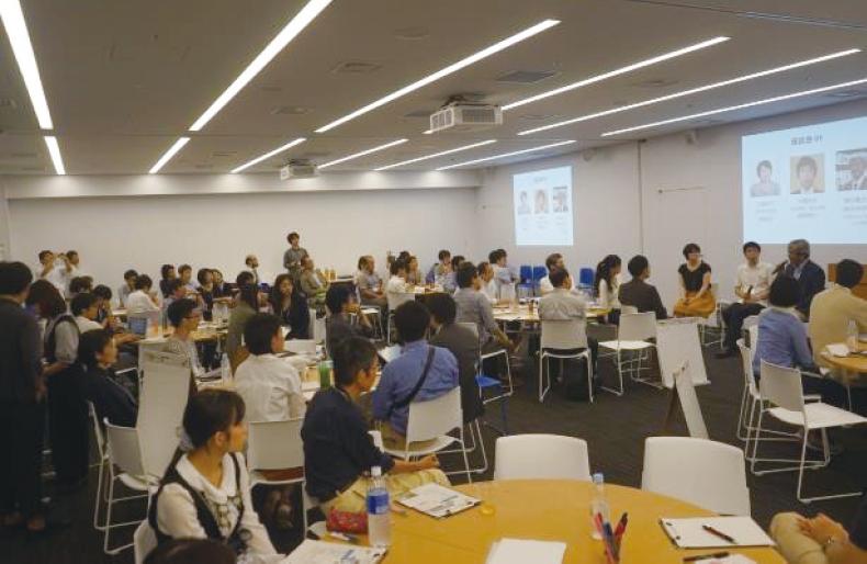専門家と一般市民を対象とした人工知能・ロボットについて語る参加型対話イベントの様子(人工知能研究者、法学者、倫理学者、囲碁棋士などを話題提供者に迎えた)(http://ai-dialogue.strikingly.com/)提供:江間 有沙 東京大学政策ビジョン研究センター 特任講師