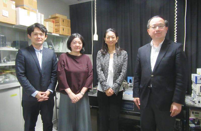 /インタビューを終えて、大島先生の実験室にて 左から黒木、松本、大島教授、角田