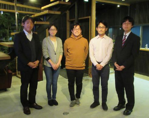 左から、林、一方井氏、榎戸准教授、小野氏、大場
