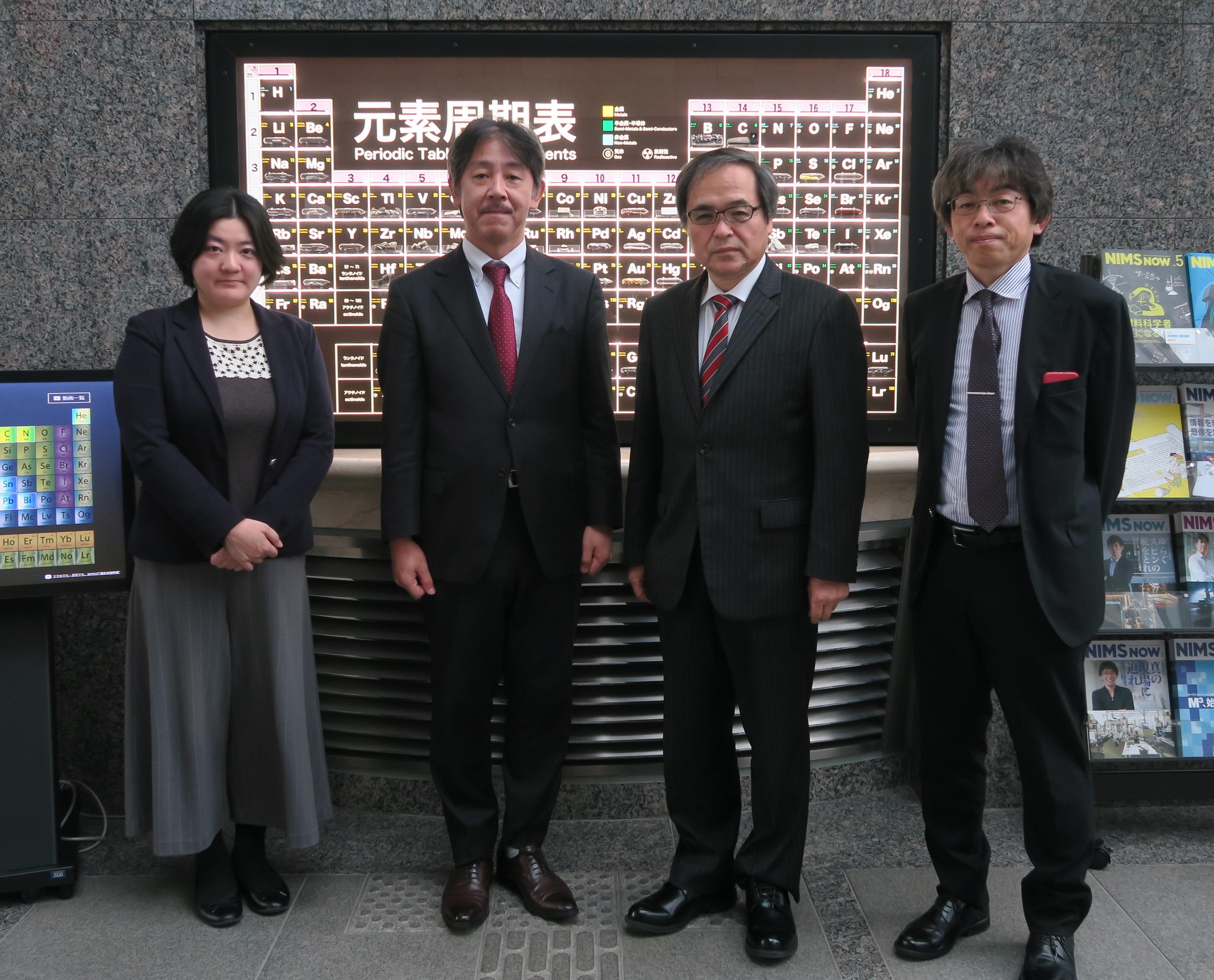 インタビューを終えて、NIMSの研究本館ロビー(元素周期表)の前にて 左から松本、林、橋本理事長、蒲生