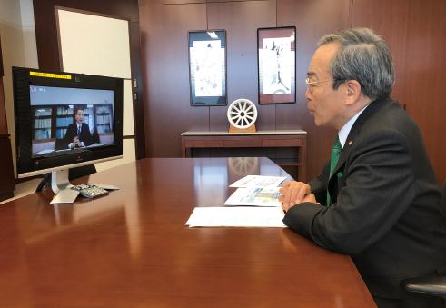 遠隔会議システムによりインタビューに答える内山田竹志氏。画面は磯谷所長。(2020年4月17日インタビュー中写真:トヨタ自動車提供)