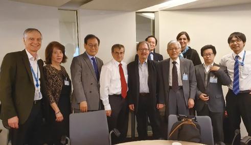 パリでの専門家会合 (右から3人目が有本共同議長、右端が田村氏)(田村氏提供)